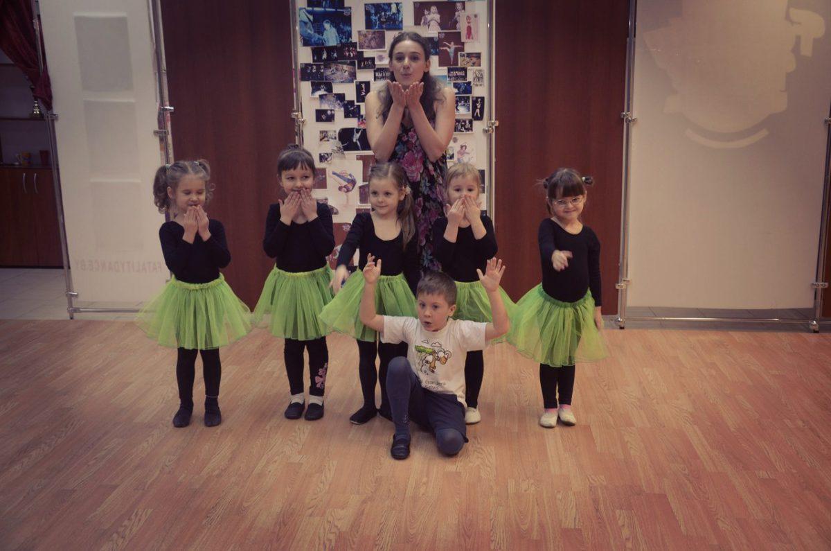Детская группа школы танцев в Минске поздравила родителей с праздниками